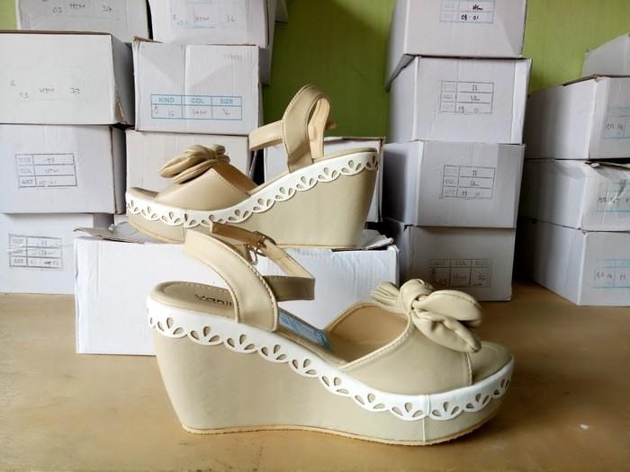 harga Sandal wedges us55 cream viral Tokopedia.com