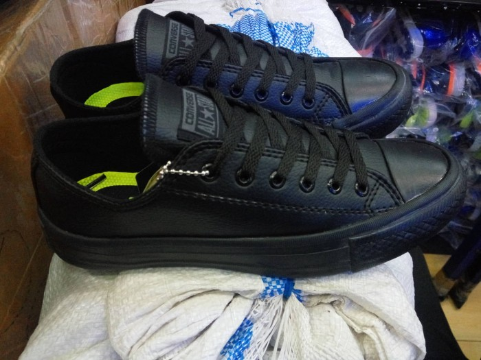Jual Sepatu Converse All star leter kulit hitam polos clasik grade ... ebf66356d9