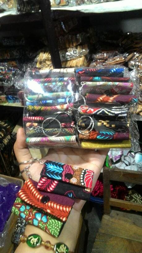 harga Gantungan kunci dompet batik-satu set isi 20-souvenir jogja-murah. Tokopedia.com