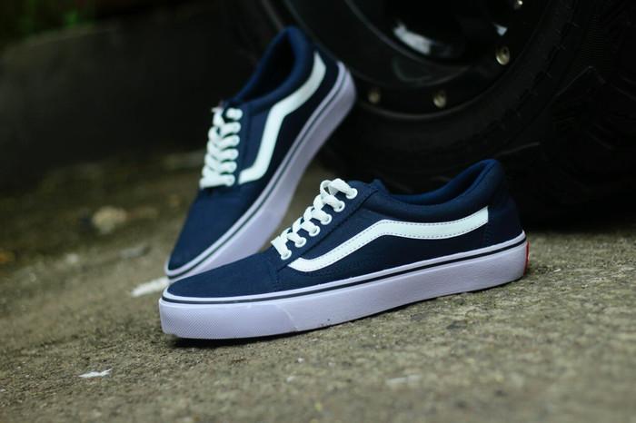 harga Sepatu casual pria sneakers vans old skool navy putih Tokopedia.com