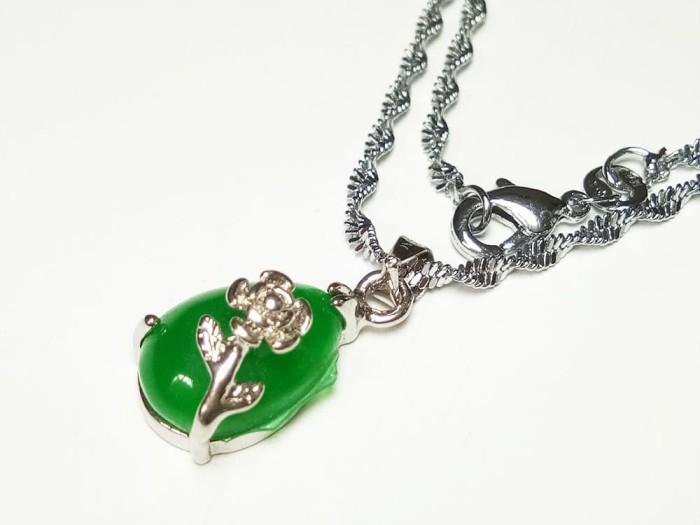 harga Vee kalung liontin batu giok hijau segitiga oval lilitan kembang Tokopedia.com