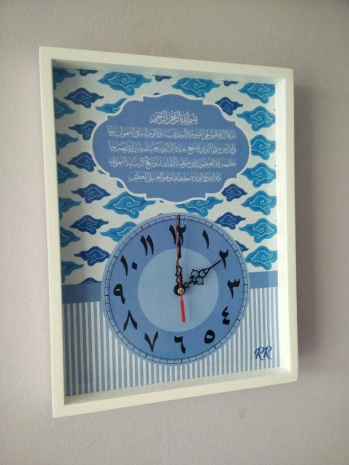 Hiasan jam dinding kaligrafi ayat kursi motif batik mega mendung biru