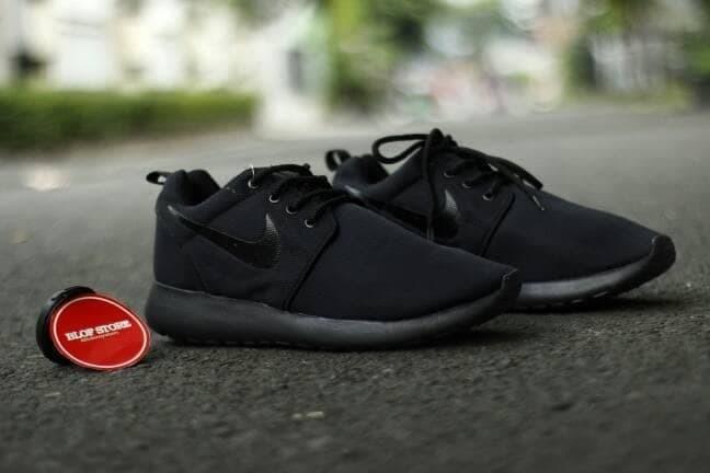 0e913c7c1c5f4 Jual MODEL BARU Sepatu Running Nike Roshe Run Full Black sepatu nike ...