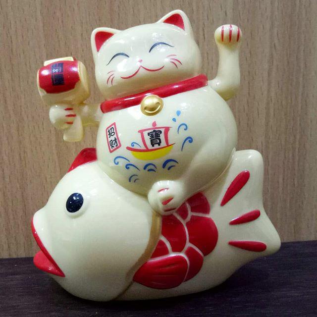 Gloria Bellucci - Magnet Kulkas Kucing Hoki maneki. Source · Lucky cat/ maneki neko