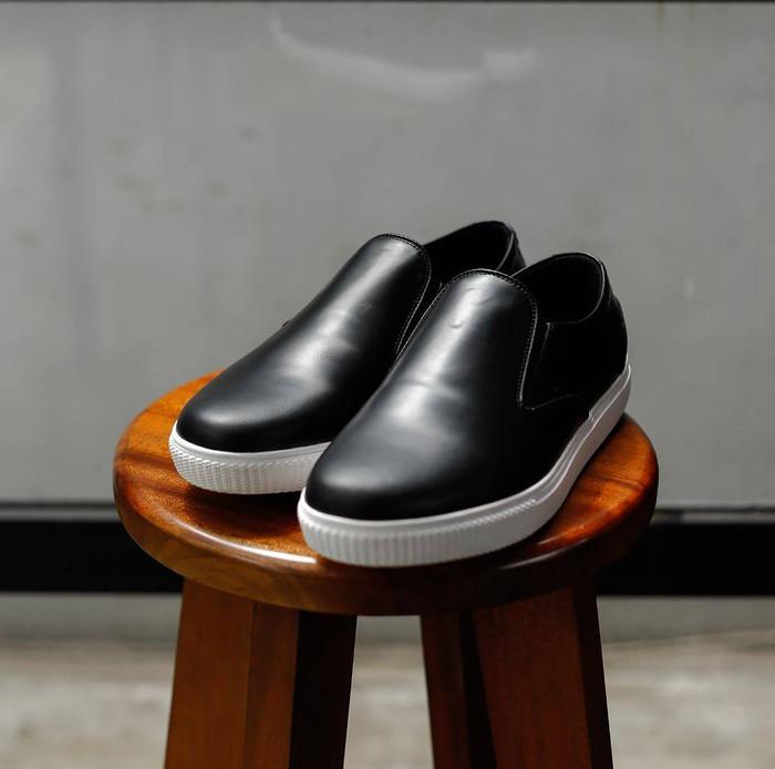 harga Zie sneaker black - sepatu sneakers slip-on / slippers kulit kasual Tokopedia.com