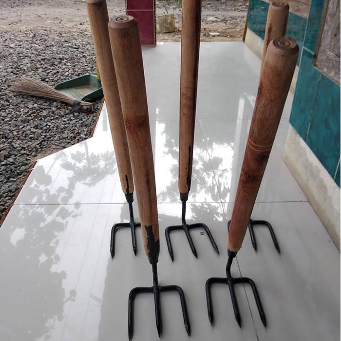 harga Garukan sampah besi / garpu tanah kebun got / garuk gardening tools Tokopedia.com