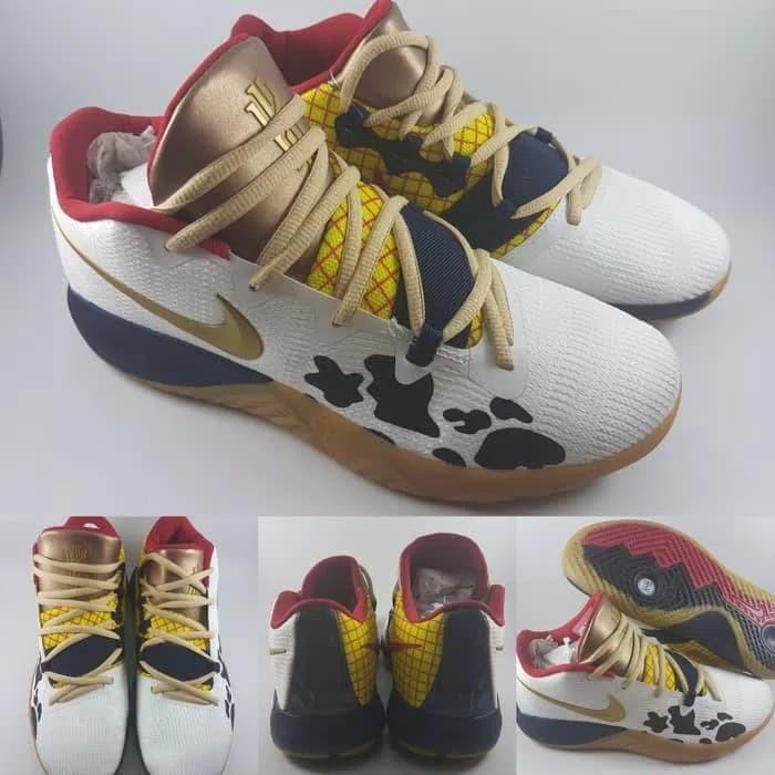 buy popular 3b71d 48703 Jual Sepatu Basket Nike Kyrie Irving 4 Flytrap Core Toy Story White Gold -  Kota Bandung - DV Store Girl Fashion | Tokopedia