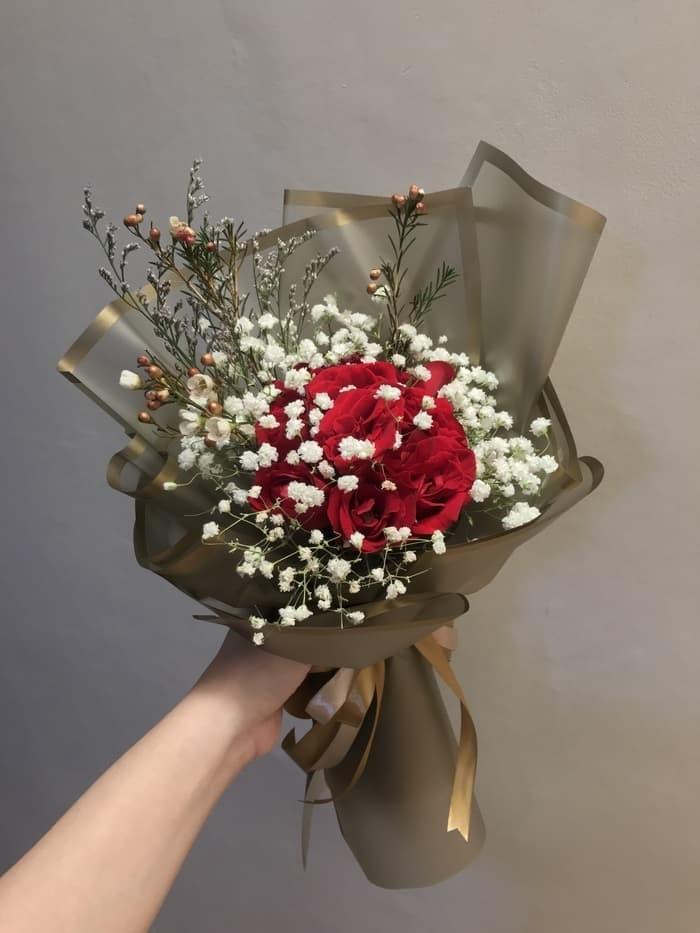 Jual Hand Bouquet Buket Bunga Segar Mawar Merah 10 Tangkai Dan Baby Breat Jakarta Pusat Souvenir Bunga Tokopedia