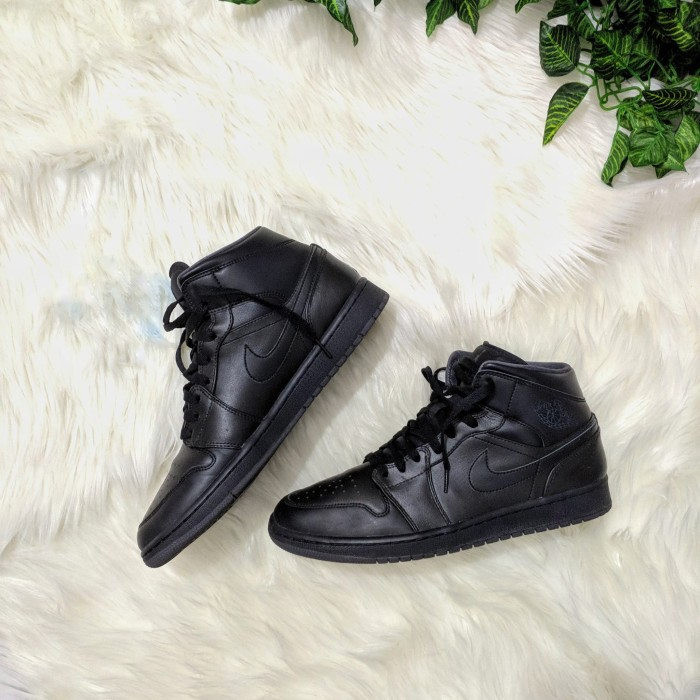 more photos fe248 4439a Jual Air Jordan 1 Mid Triple Black (2nd) - Pre Owned Finest Store |  Tokopedia