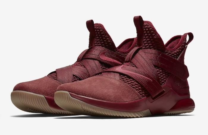 983cb218135 Sepatu Basket Nike Lebron Soldier 12 SFG