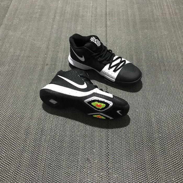 fdb5a6f3236e Jual Sepatu Model Nike Kyrie 3 Yin 3 Yin Yang Warna Hitam dan Putih ...