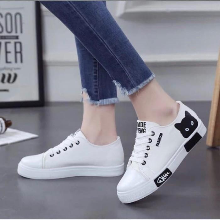 Jual Sepatu Sneakers Wanita Tali Hitam Putih Motif Kucing Putih