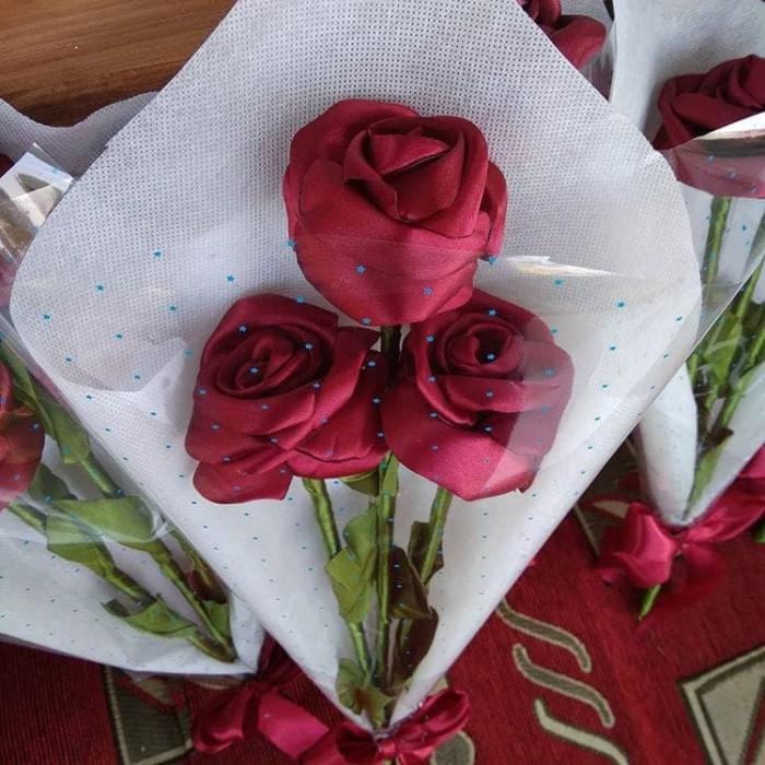 Lakaran Melukis Lukisan Pasu Bunga Pecah Di Atas Lantai