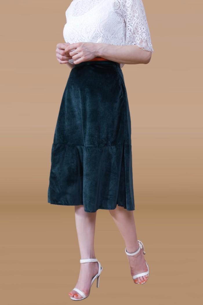 Foto Produk Kakuu Basic - Velvet Flare Midi Skirt dari Kakuu Basic
