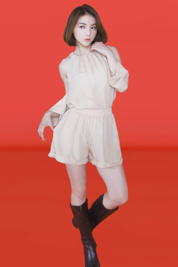 Foto Produk Kakuu Basic - 1 Set Cutout Shoulder Blouse + Shorts dari Kakuu Basic