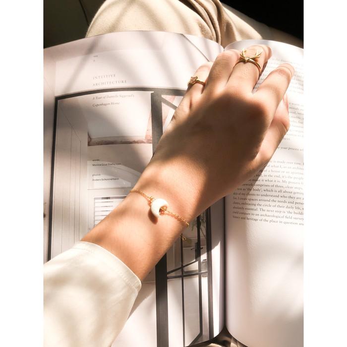 Foto Produk Moon 925 Sterling Silver Gold Plated Bracelet - White Pearl dari Kavas Jewels