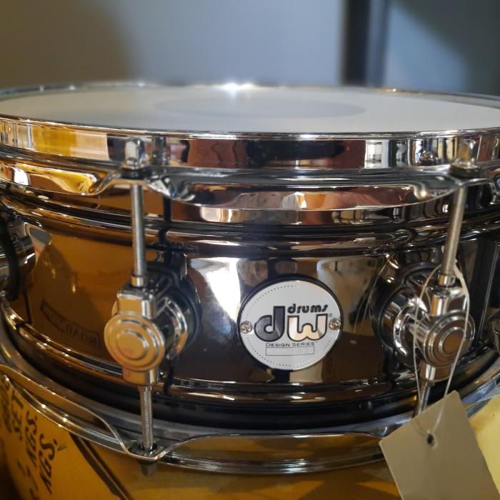 Foto Produk DW Design Series Black Nickel over Brass Snare Drum 14x5.5 Inch dari Meisa Musik
