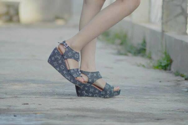harga Sepatu/sandal cewek model Wedges LV Tokopedia.com