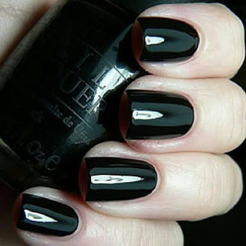 Черный лак на ногтях модно