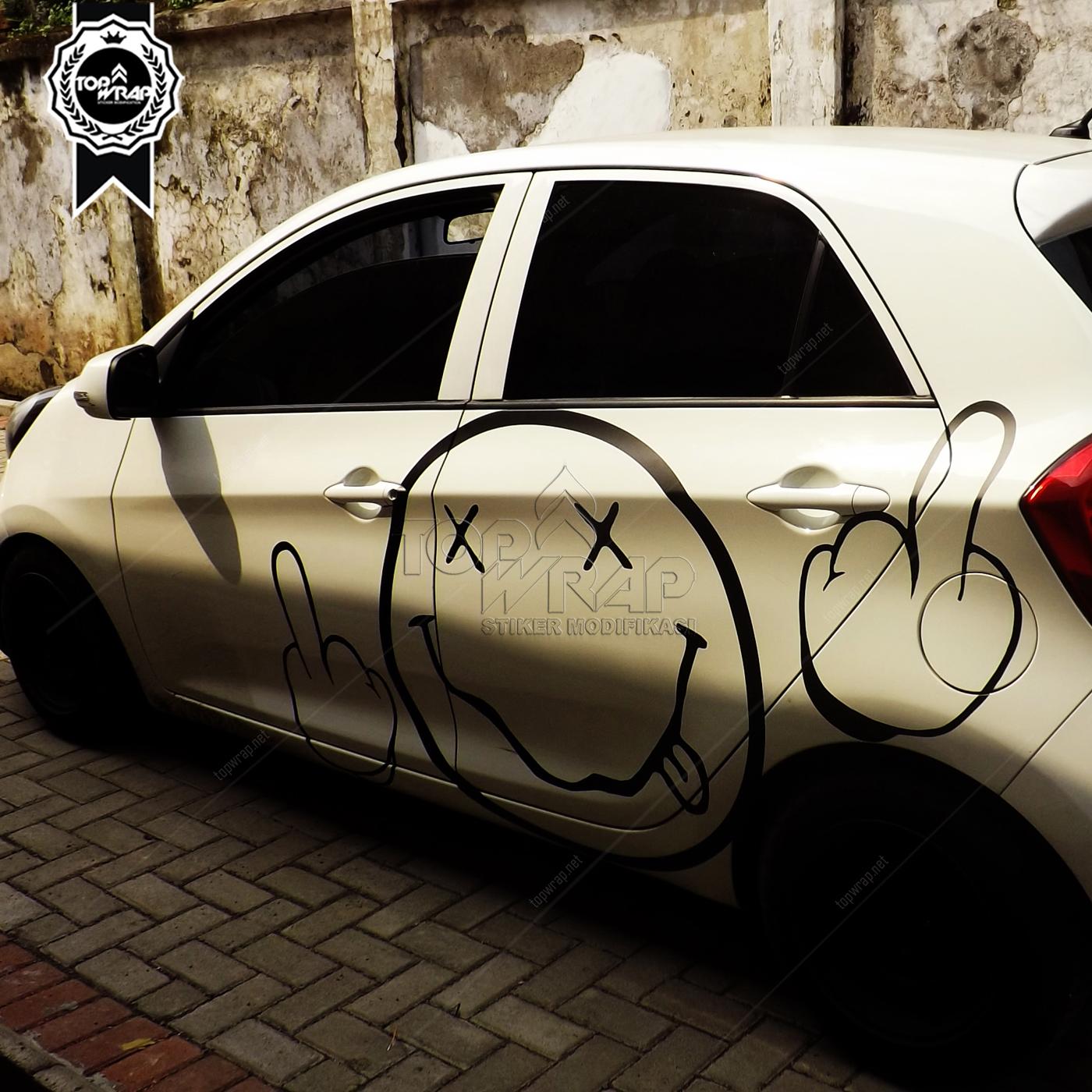 STIKER KACA: Stiker Karakter di Belakang Mobil