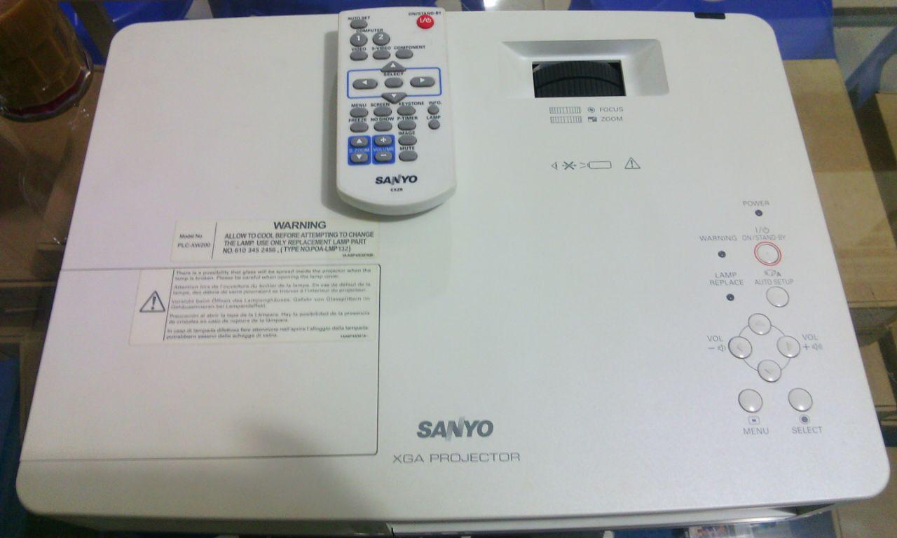 Proyektor Sanyo PLC-XW200