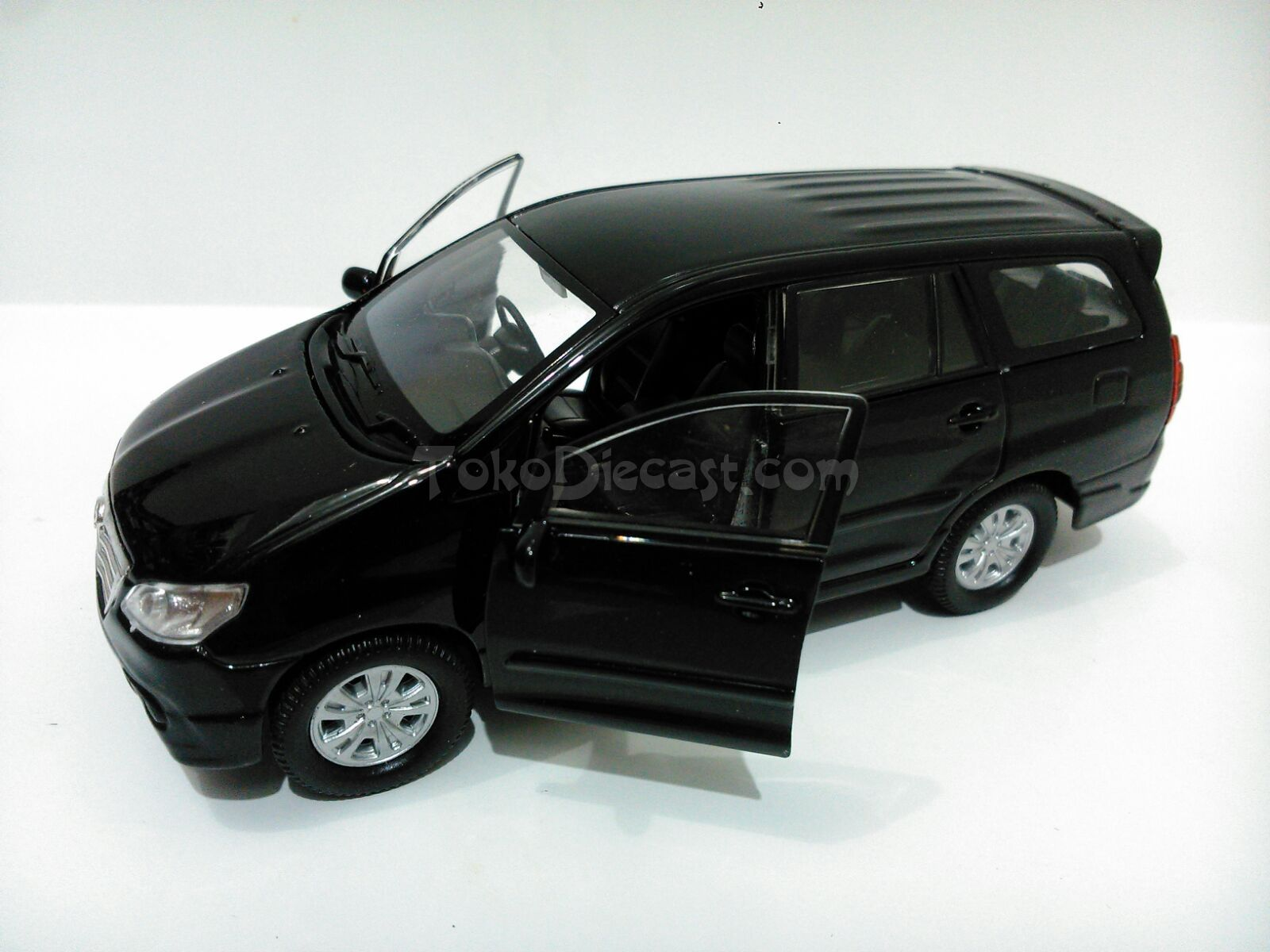 jual miniatur mobil toyota kijang innova hitam diecast welly 1 36 pojok diecast tokopedia. Black Bedroom Furniture Sets. Home Design Ideas