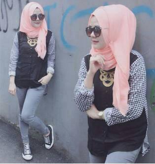 grini top / kaos hitam / baju hitam / hijab ootd monochrome