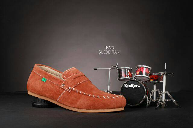 sepatu kickers slip on train tan suede