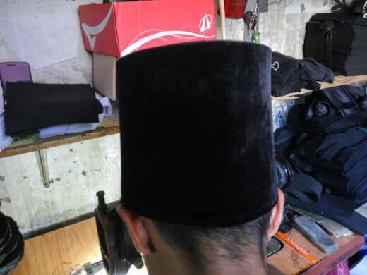 Peci Hasan Al-Banna Bludru Hitam Tinggi 15 Cm