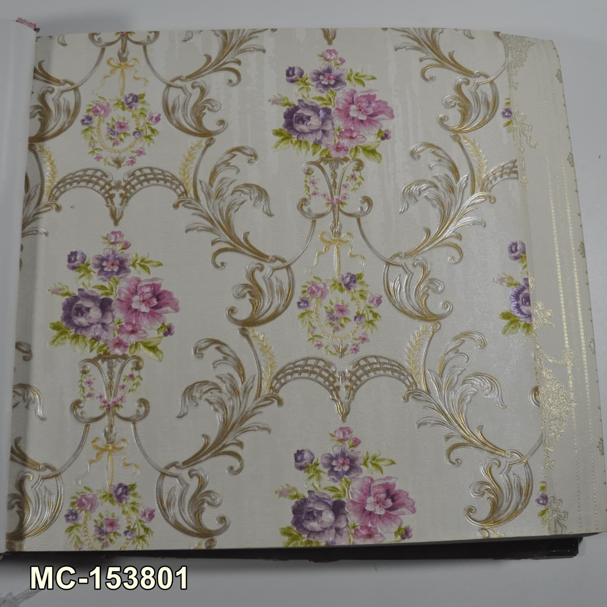 Wallpaper Dinding Motif Bunga Klasik Elegan